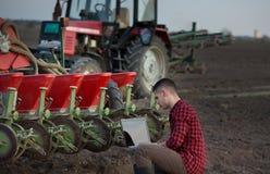 Farmer με το lap-top και τα τρακτέρ Στοκ Φωτογραφίες