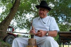 Farmer που ακονίζει το δρεπάνι του στοκ φωτογραφίες