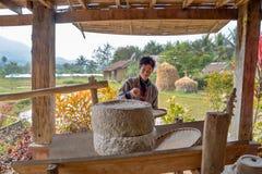 Farmer που αλέθει το ρύζι Στοκ Εικόνες