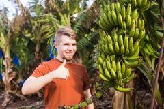 Farmer που δίνει τους αντίχειρες επάνω στη φυτεία μπανανών Στοκ φωτογραφία με δικαίωμα ελεύθερης χρήσης