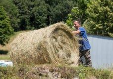Farmer που λειτουργεί στο καλλιεργήσιμο έδαφός του Στοκ φωτογραφίες με δικαίωμα ελεύθερης χρήσης
