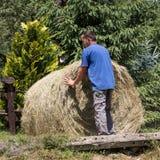 Farmer που λειτουργεί στο καλλιεργήσιμο έδαφός του Στοκ φωτογραφία με δικαίωμα ελεύθερης χρήσης