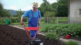 Farmer που κάνει τι είναι καλύτερος μια καυτή θερινή ημέρα απόθεμα βίντεο