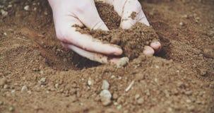 Farmer που κρατά το χώμα στα χέρια Τομέας φιλμ μικρού μήκους