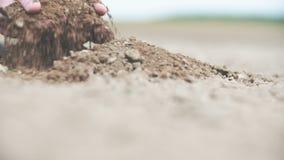 Farmer που κρατά το χώμα στα χέρια απόθεμα βίντεο