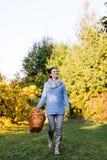 Farmer που περπατά στον κήπο της Στοκ Φωτογραφία
