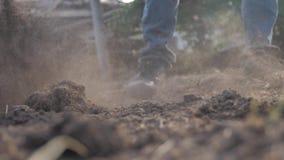 Farmer που σκάβει το έδαφος με μια κινηματογράφηση σε πρώτο πλάνο φτυαριών κήπων φτυαριών r αγρότης ατόμων που εργάζεται στον τρό απόθεμα βίντεο