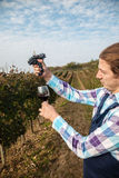 Farmer που συστρέφει το σταφύλι στο γυαλί Στοκ Φωτογραφίες