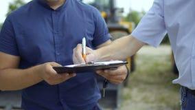 Farmer που υπογράφει τη συμφωνία για την αγορά του τρακτέρ φιλμ μικρού μήκους