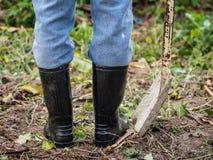 Farmer στις λαστιχένιες μπότες που στέκονται στον τομέα δάσος σίτου αγροτικών παλαιό σκιών αυτιών έννοιας ανασκόπησης στοκ εικόνες με δικαίωμα ελεύθερης χρήσης