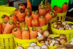 farmer& x27 ; marché de s vendant des légumes de carottes à vendre Image stock