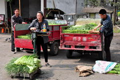Pengzhou, China: Farmers Weighing Garlic Royalty Free Stock Images