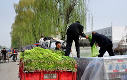 Pengzhou, China: Farmers Loading Garlic Royalty Free Stock Images