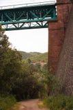 Farmershouse solo sotto il ponte ferroviario Fotografie Stock