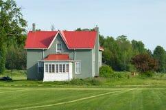 Farmhouse με την κόκκινη στέγη Στοκ εικόνα με δικαίωμα ελεύθερης χρήσης