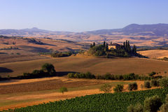 """Farmhouse in Tuscany. The solitaire standing farmhouse """"Casa Belvedere"""" is situated in the Orcia valley – a typical Tuscan landscape Stock Image"""