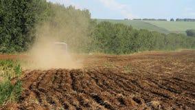 farming Трактор вспахивает землю сток-видео