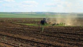 farming Трактор вспахивает землю акции видеоматериалы