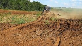 farming Трактор вспахивает землю видеоматериал