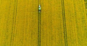 farming Gebied van het landbouwtrekker het bespuitende koolzaad stock videobeelden