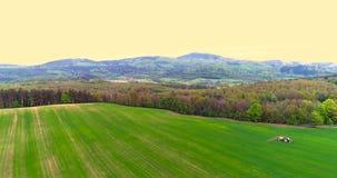 farming Landbouwtrekker bespuitend gebied stock videobeelden