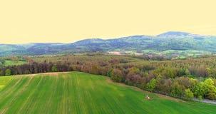 farming Luchtmening van landbouwtrekker bespuitend gebied stock footage