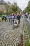 Farmodern med hennes sonson, som sitter i rullstol, deltar i loppet SportferieTyskland, Magdeburg, oktober 2015 Royaltyfria Bilder