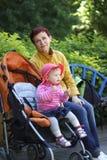Farmodern och sondottern går i parkera royaltyfri fotografi