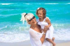 Farmodern och sondottern har gyckel på stranden Arkivbilder