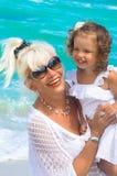 Farmodern och sondottern har gyckel på stranden Royaltyfri Bild
