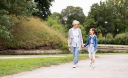 Farmodern och sondottern som går på, parkerar royaltyfri fotografi