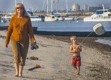 Farmodern och sonsonen - undersök stranden Arkivbilder