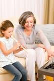 Farmodern undervisar den lyckliga ung flickaspelrumflöjten Arkivfoton