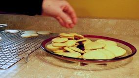 Farmoderns överförs smakliga hemlagade kakor för valentinsocker som göras med förälskelse och som är nya ut ur ugnen, från att ky