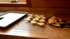 Farmoderns överförs smakliga hemlagade kakor för valentinsocker som göras med förälskelse och som är nya ut ur ugnen, till att ky