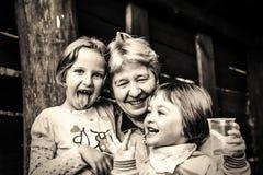 Farmor med att le för sondöttrar Arkivbild
