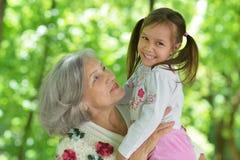 Farmor med henne sondotter Arkivfoto