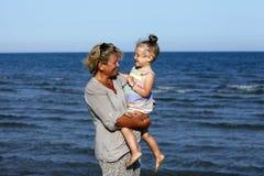 Farmor med henne sondotter royaltyfria foton