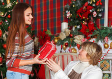 Farmor med sondottern som firar jul Arkivfoton