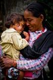 Farmor och barnbarn av byn av Sindhupalchowk afte Arkivbild