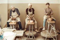 Farmor och farfar med sondotterdanandekrukmakeri Arkivfoto