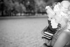 Farmor och sondotter i parkera Royaltyfri Fotografi