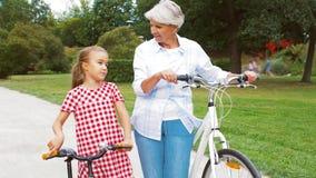 Farmor och sondotter med cyklar lager videofilmer