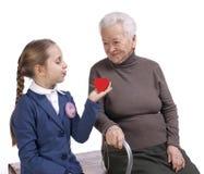 Farmor och sondotter med en hjärta Arkivbilder