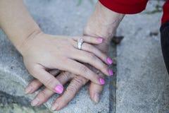 Farmor- och sondotterinnehavhänder Arkivbild