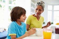Farmor och sonson som har frukosten tillsammans Royaltyfria Bilder