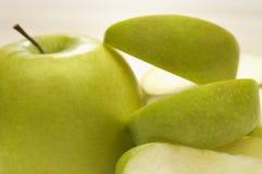 Farmor Smith Apple With Slices Fotografering för Bildbyråer