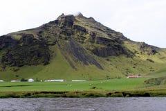 Farmstead κοντά σε ένα βουνό στην Ισλανδία Στοκ εικόνες με δικαίωμα ελεύθερης χρήσης