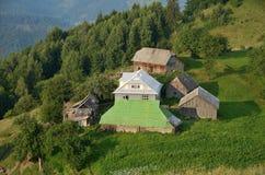 Farmstead на зеленом наклоне в Carpatians стоковые изображения rf