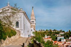 Farny kościół St George w Piran w Slovenia Droga prowadzi kościół zdjęcie royalty free